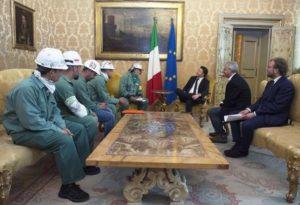 Il presidente del Consiglio Matteo Renzi riceve i lavoratori del Sulcis a Palazzo Chigi, 1 maggio 2016.  ANSA/ UFFICIO STAMPA PALAZZO CHIGI  ++HO - NO SALES EDITORIAL USE ONLY++