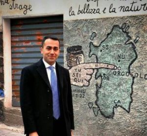 Luigi Di Maio passeggia tra i murales di Orgosolo